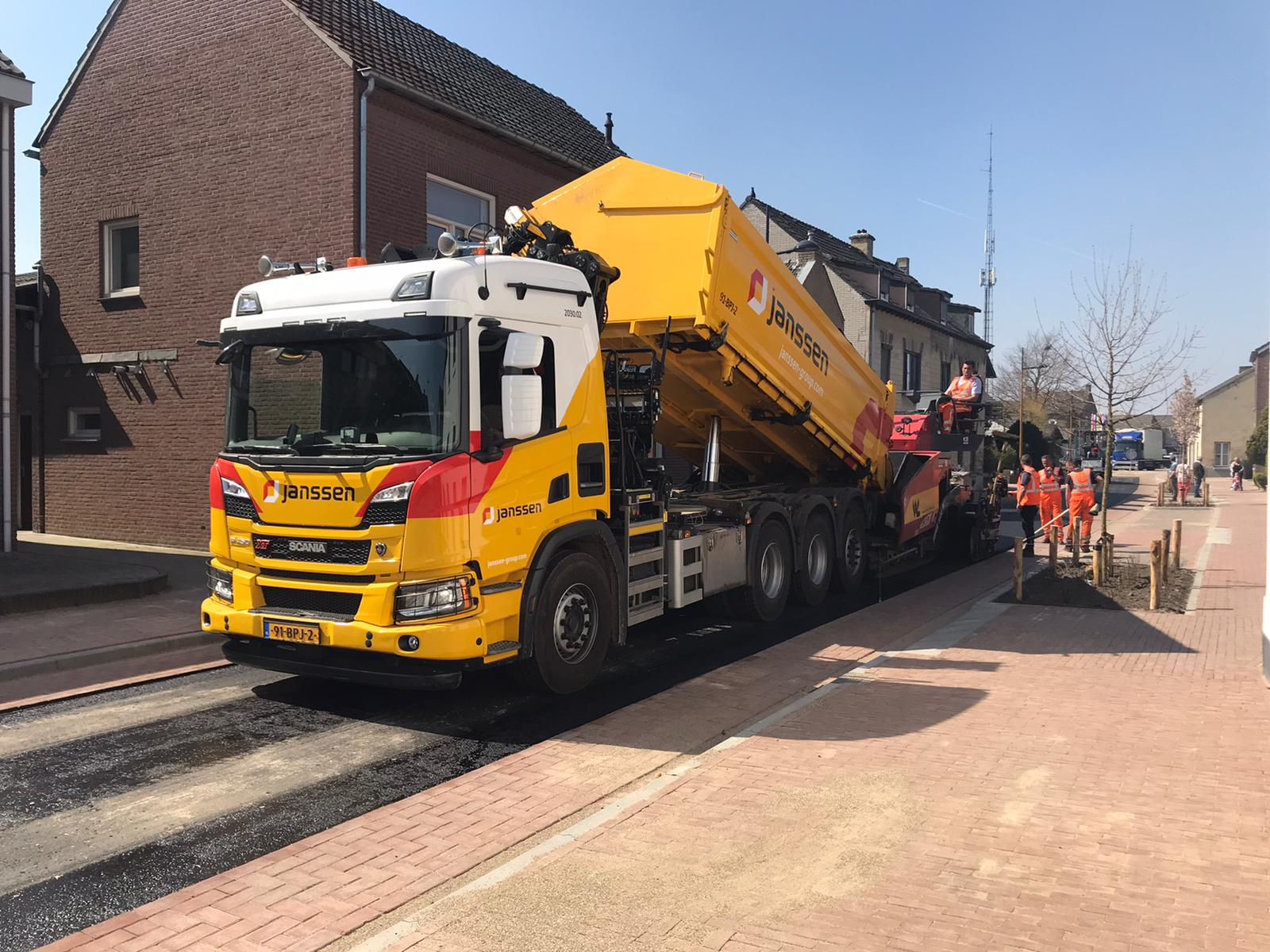 Van-APK-Wegenbouw-hebben-wij-het-meerjarig-contract-gegund-gekregen-voor-het-asfalttransport-en-het-vervoer-van-hun-asfaltsets-nieuwe-Scania-8x4-kraanauto-met-dieplader-en-de-nie-6