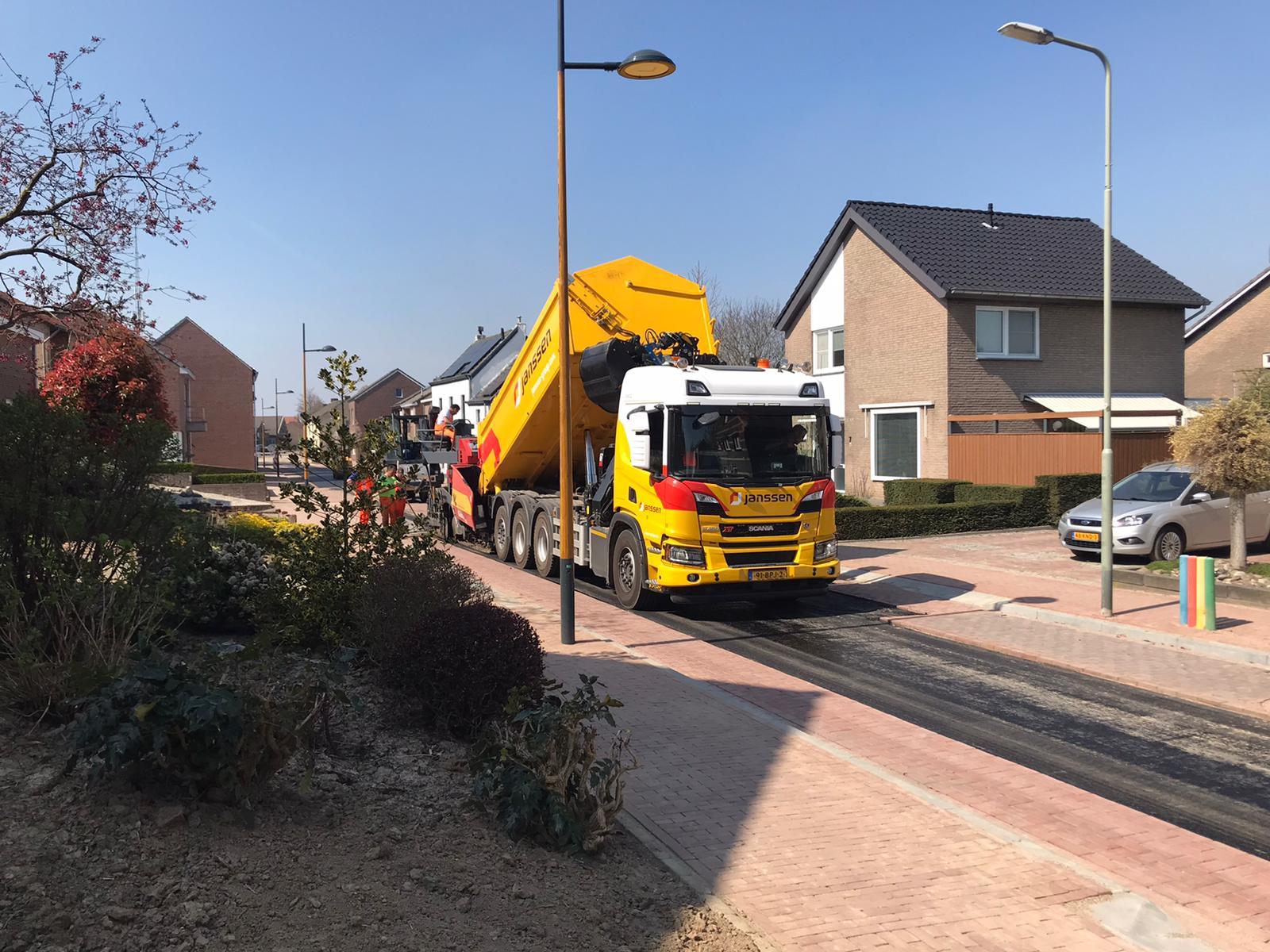 Van-APK-Wegenbouw-hebben-wij-het-meerjarig-contract-gegund-gekregen-voor-het-asfalttransport-en-het-vervoer-van-hun-asfaltsets-nieuwe-Scania-8x4-kraanauto-met-dieplader-en-de-nie-7