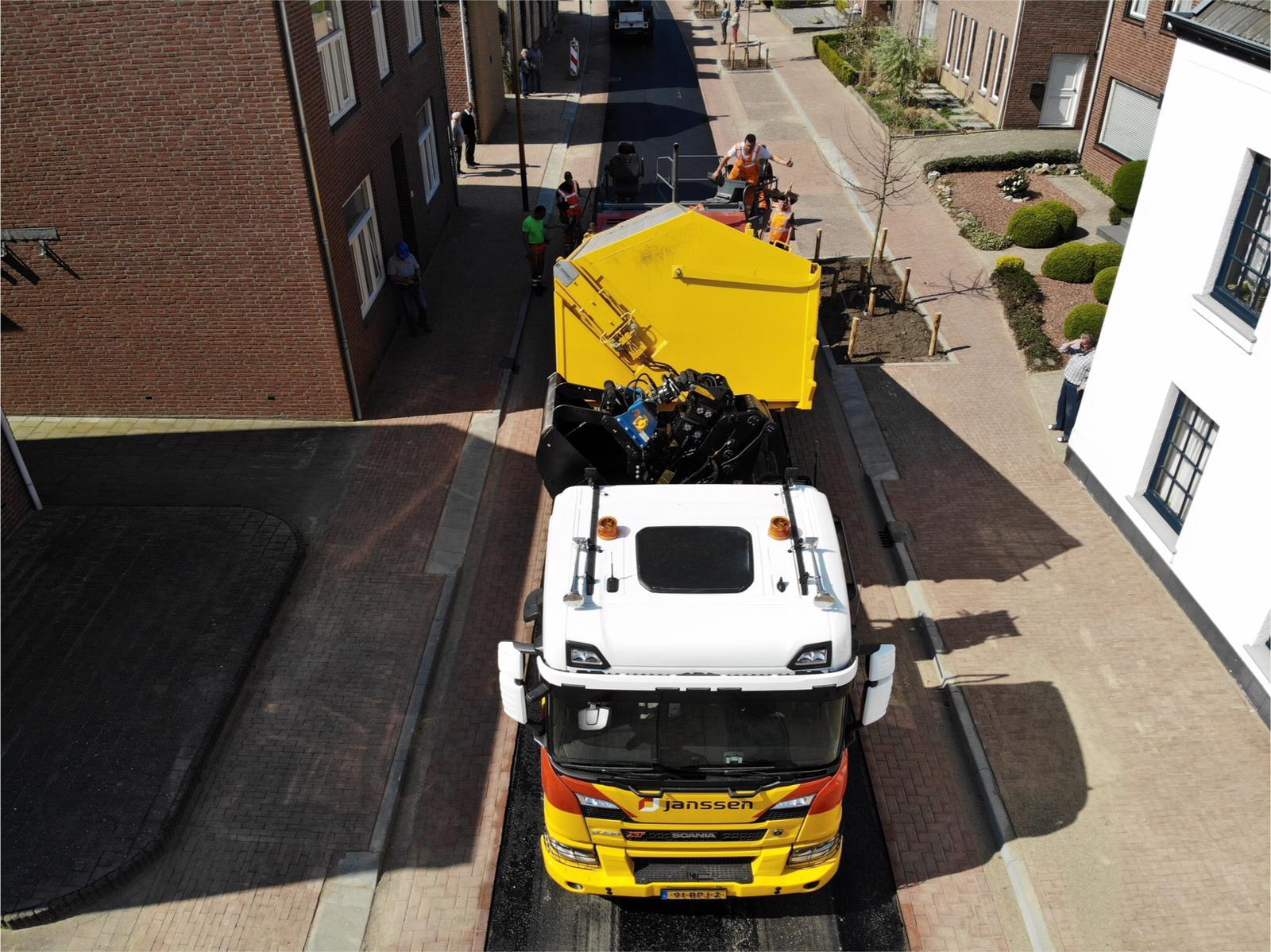 Van-APK-Wegenbouw-hebben-wij-het-meerjarig-contract-gegund-gekregen-voor-het-asfalttransport-en-het-vervoer-van-hun-asfaltsets-nieuwe-Scania-8x4-kraanauto-met-dieplader-en-de-nie-uwe-MAN-10x4-1