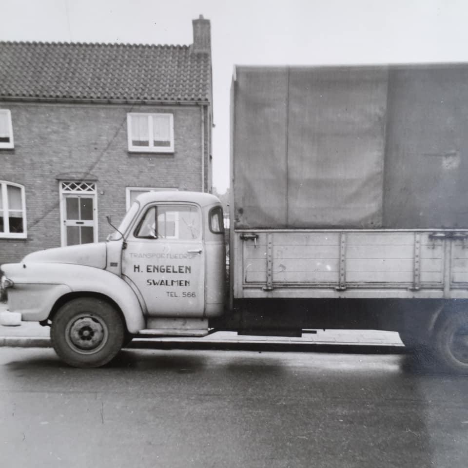 mien-vader-Sef-Sijbers-SpengRee-veur-Van-Gend-En-Loos-Roete-Roermond-Reuver--Bedford-nog-op-Benzine-foto-Bie-os-Thoes-veur-de-deur-Theo-foto--1
