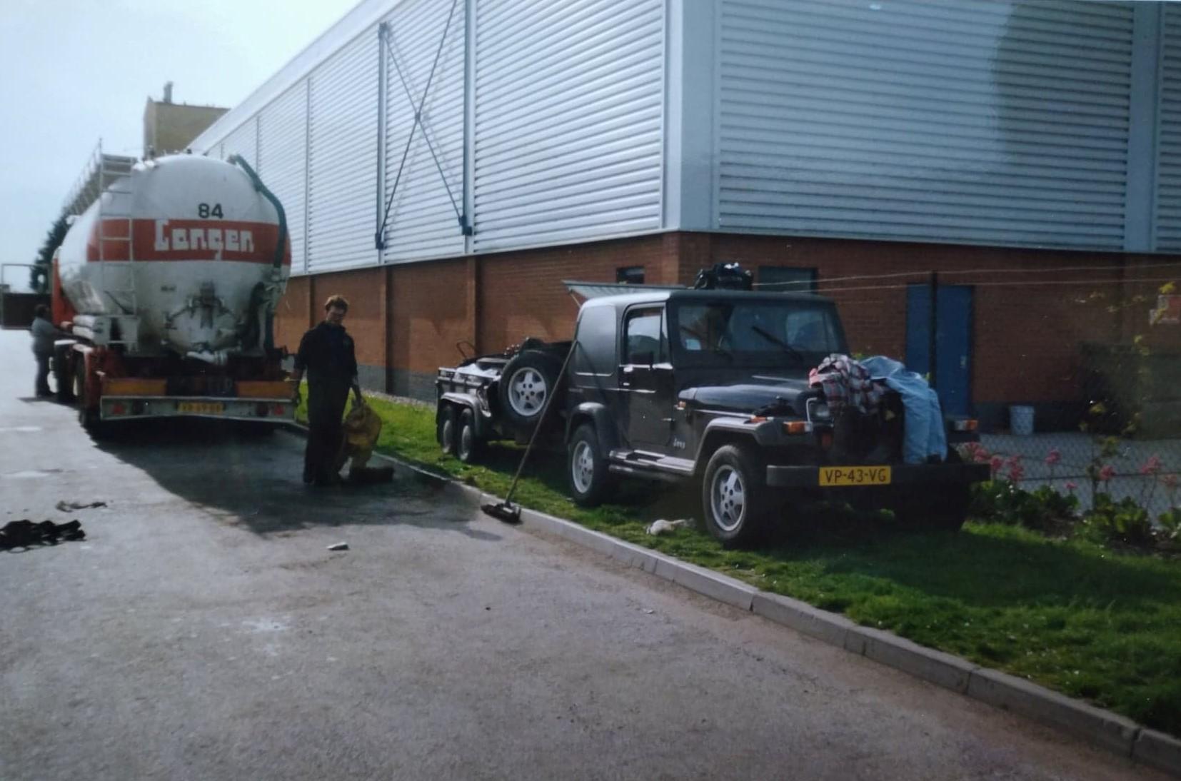 Bert-van-Wissen-met-Loetje-in-Liverpool-een-reparatie-uitgevoerd.-de-Jeep-was-wel-overbeladen