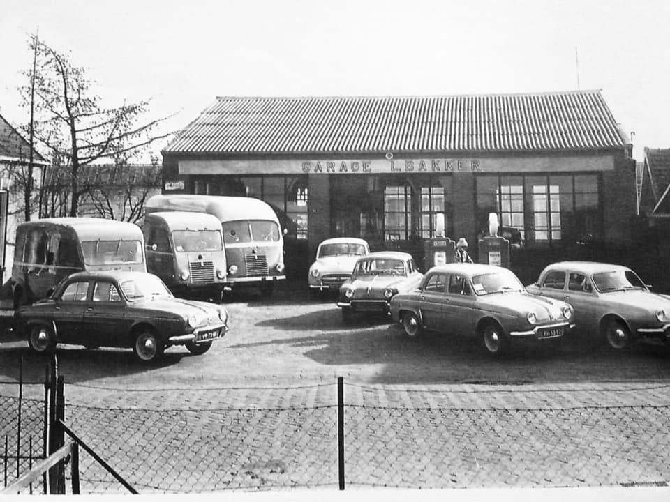 Garage-L-Bakker--Renault-Dealer-in-Rijssen-v-a-1954