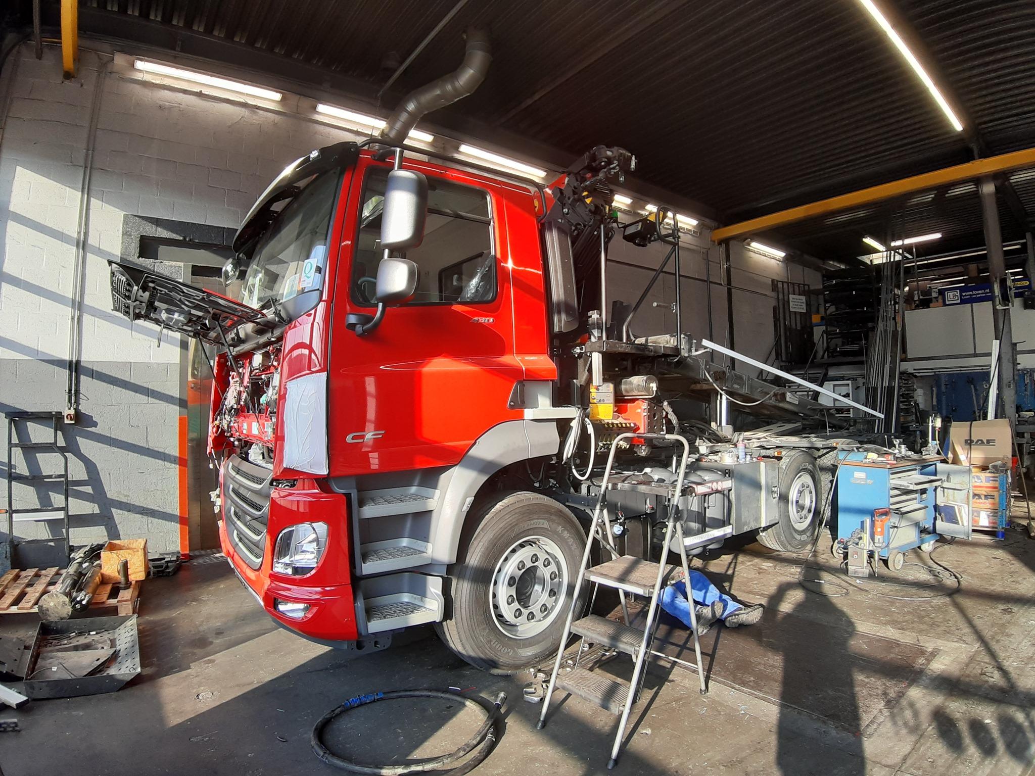 3-Na-binnenkomst-van-de-nieuwe-auto-kunnen-we-meteen-aan-de-slag-om-de-opbouw-van-de-gebruikte-auto-over-te-zetten-op-het-nieuwe-chassis-(1)