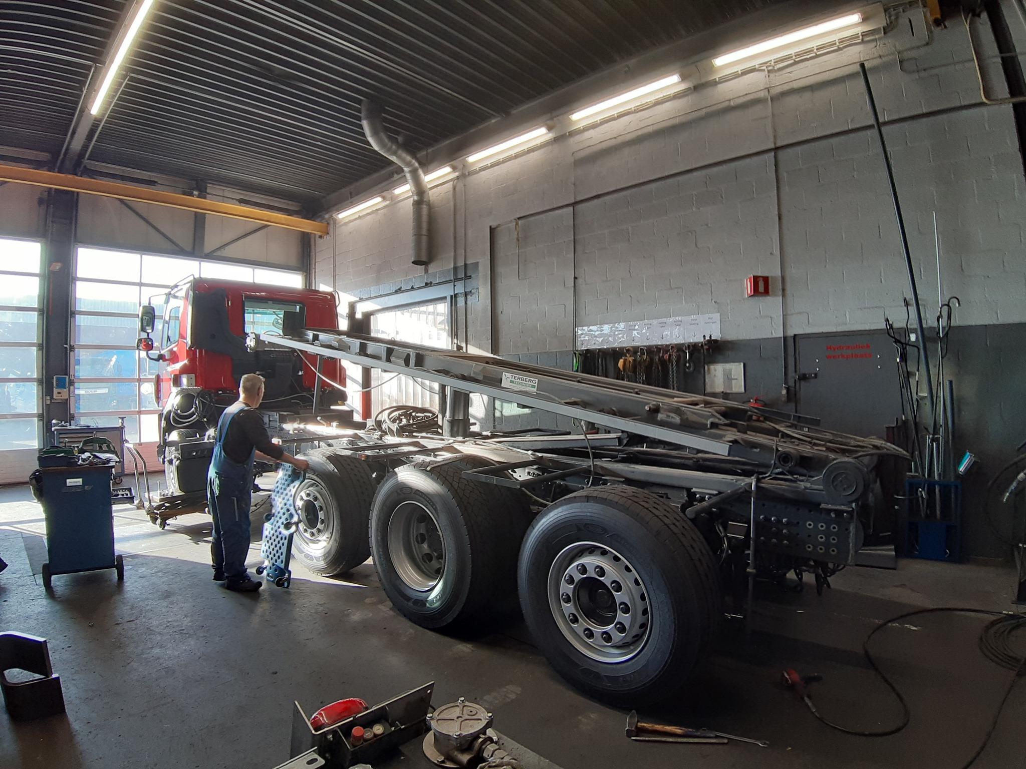 3-Na-binnenkomst-van-de-nieuwe-auto-kunnen-we-meteen-aan-de-slag-om-de-opbouw-van-de-gebruikte-auto-over-te-zetten-op-het-nieuwe-chassis-(2)
