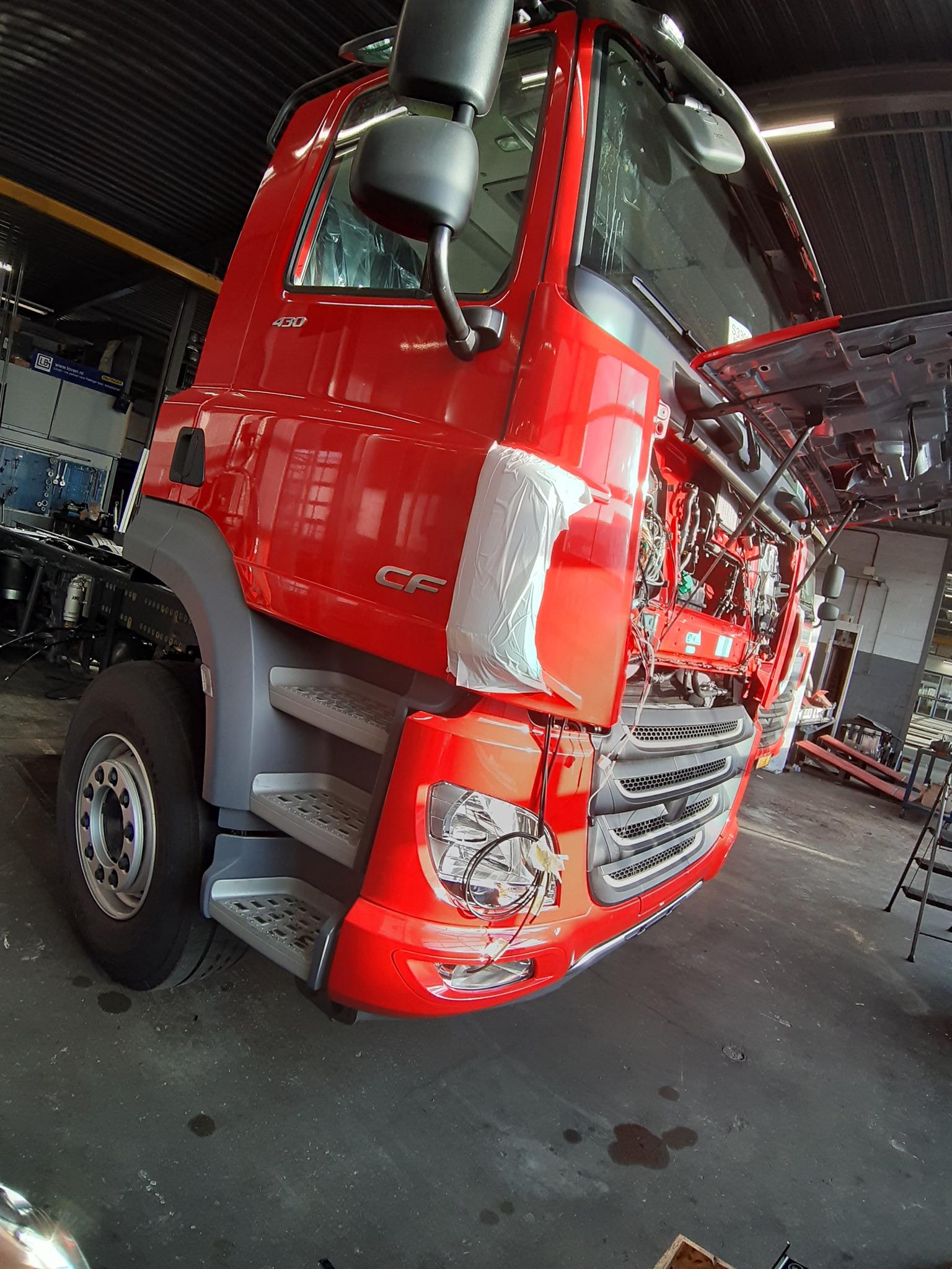 3-Na-binnenkomst-van-de-nieuwe-auto-kunnen-we-meteen-aan-de-slag-om-de-opbouw-van-de-gebruikte-auto-over-te-zetten-op-het-nieuwe-chassis-(3)