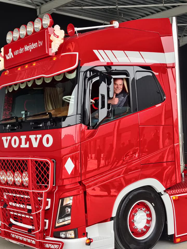 Volvo-als-eerbetoon-aande-pas-overleden-Servaas--van-der-Heijden--chauffeur-Niels-Wouters-7-5-2021-(2)