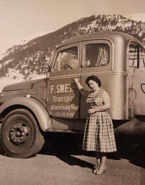 0-Volvo-met-Mevrouw-Smets-die-ook-als-bijreider-mee-ging-naar-Italie-omdat-het-dar-verplicht-was--