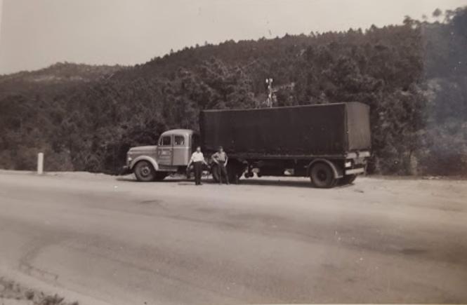 Scania-Vabis-met-1-as-op-trailer-onderweg-met-Vader-