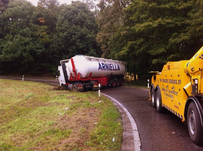 Spaanse-vrachtwagen-weer-op-weg-helpen-in-Wurselen