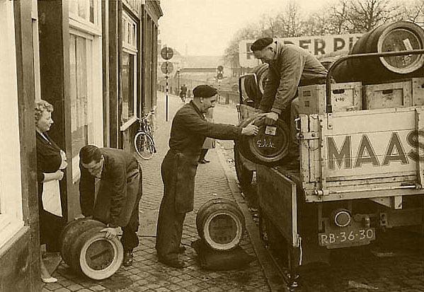 Cafe-Pigalle-aan-de-kesselkade-ontvangt-de-houten-bier-fusten-op-de-wagen-staat-Dhr-Toon--Heister