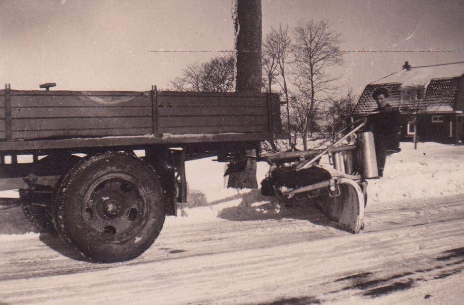 Sneeuw-ruimen-in-de-jaren-dertig-veertig-Haeije-Andringa-foto--(2)