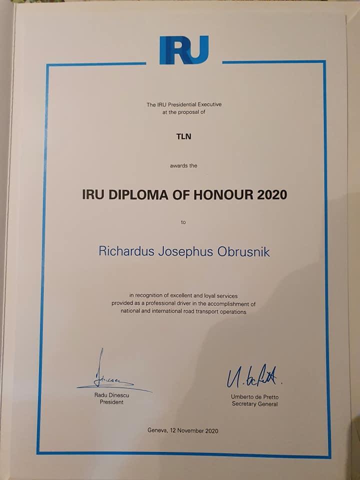 Richard-Obrusnik-Dan-word-je-ineens-verrast-met-de-uitreiking-van-het-IRU-diploma-of-honour-met-bijbehorende-diploma-speldje-en-medaille----(2)