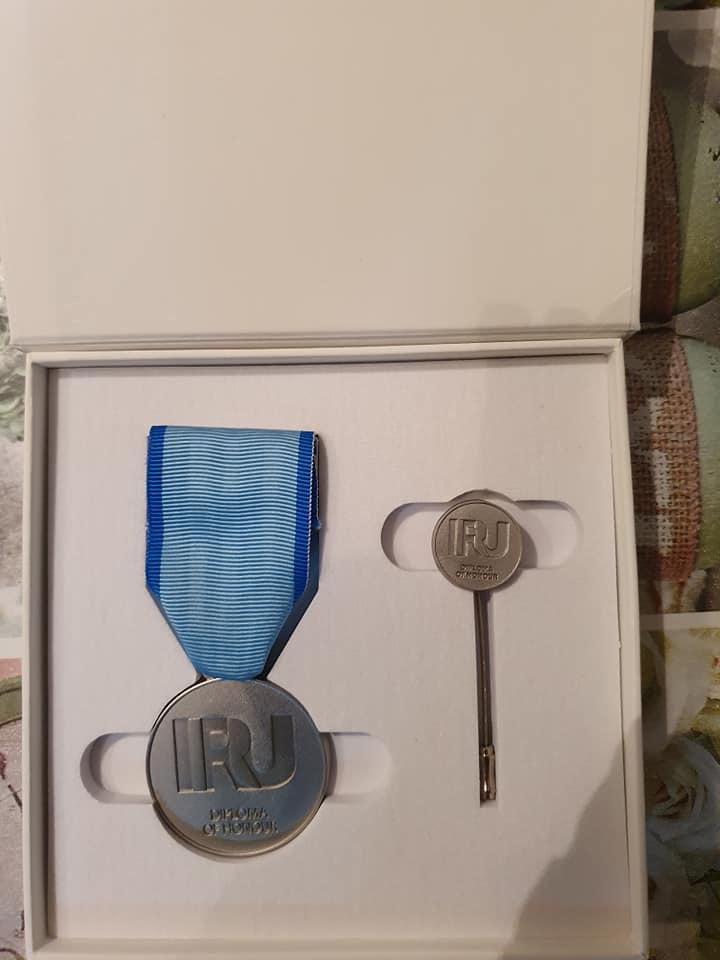 Richard-Obrusnik-Dan-word-je-ineens-verrast-met-de-uitreiking-van-het-IRU-diploma-of-honour-met-bijbehorende-diploma-speldje-en-medaille----(3)