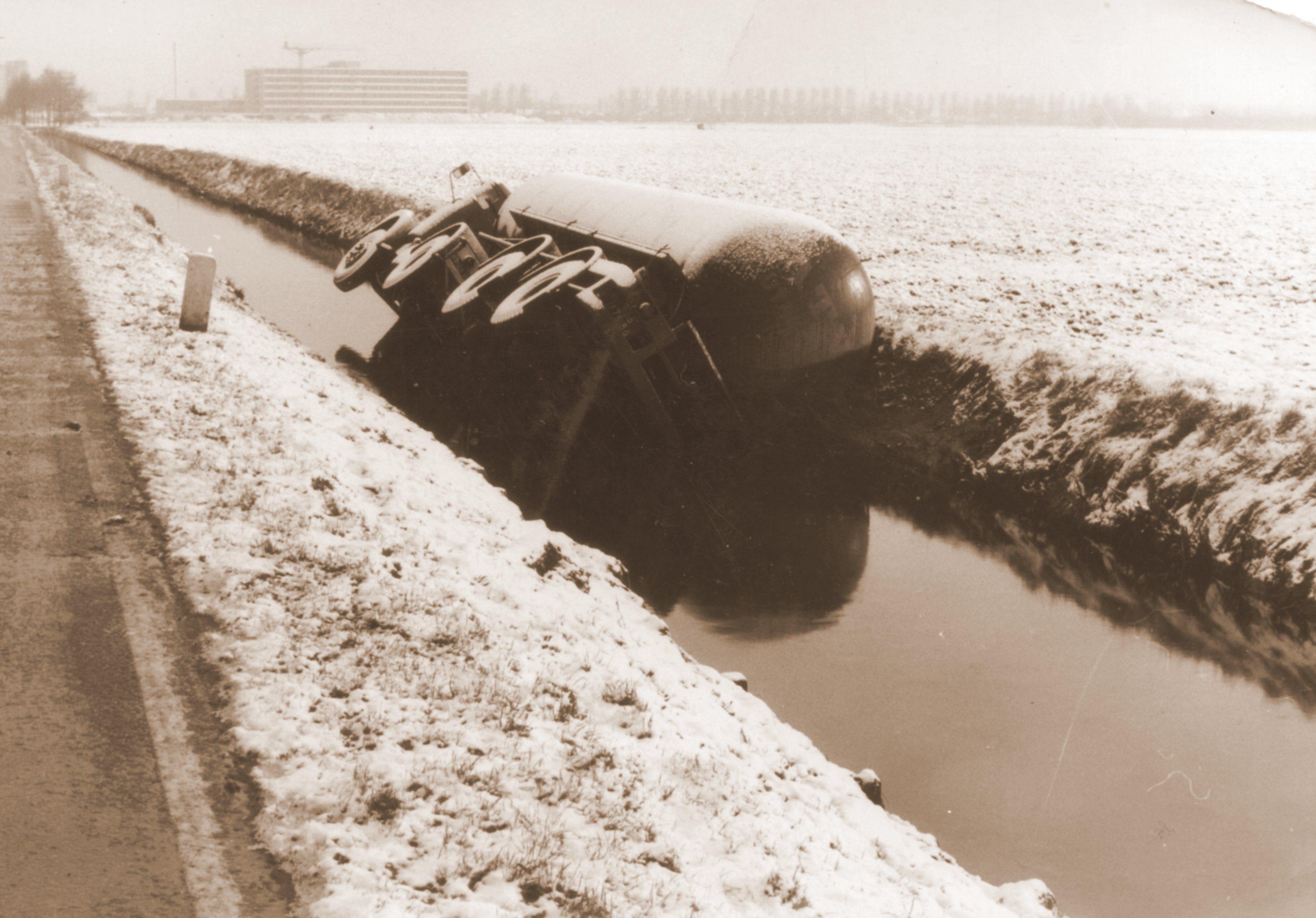 1963-chauffeur-Hans-Clement-Tankauto-van-Hannes-de-Jong-in-sloot