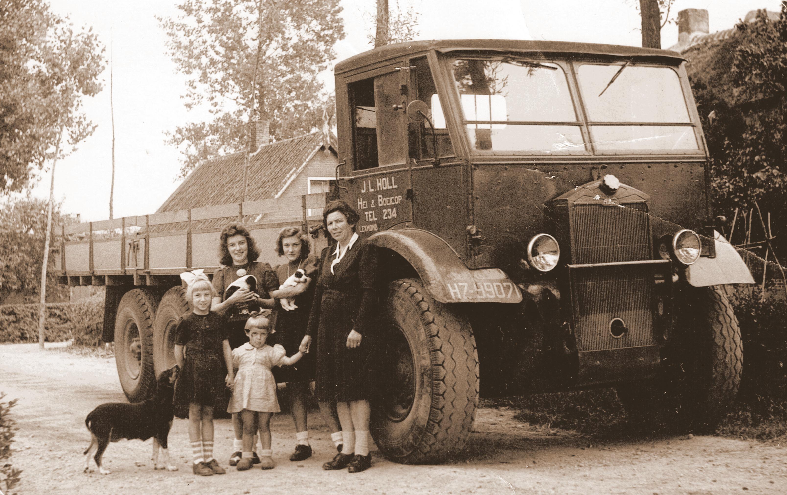 Dump-Een-forse-vrachtauto-van-JL--Holl-met-poserende-familieleden--