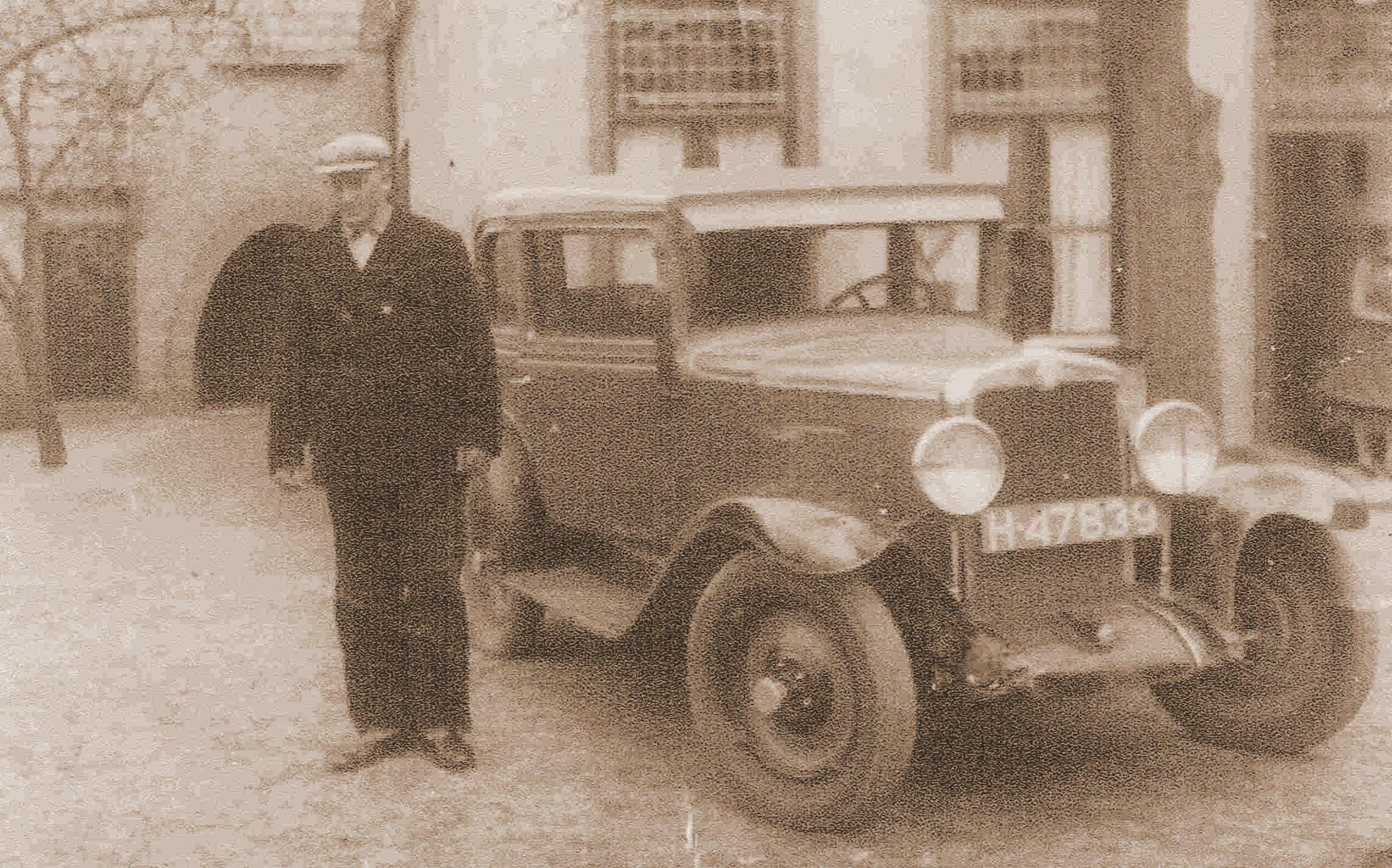 Luuk-Holl-dreef-een-taxibedrijf-in-Hei-en-Boeicop-en-heeft-diverse-automerken-gereden--Hier-poseert-hij-trots-bij-een-van-zijn-taxi-s
