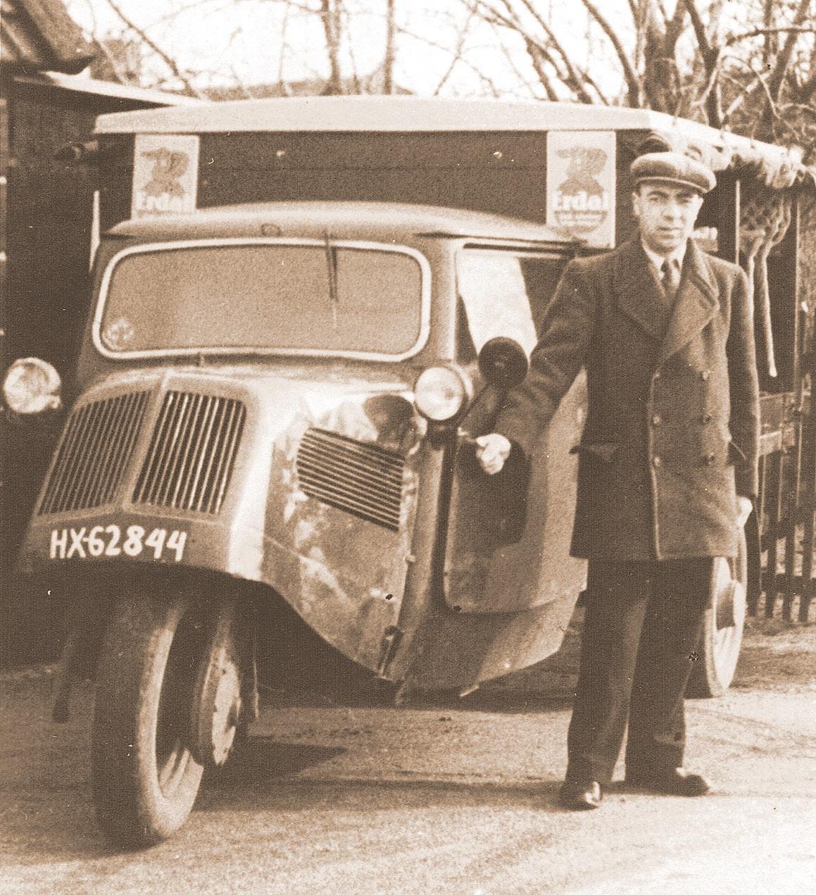 Nico-Cats-uit-Hei‐-en-Boeicop-had-begin-jaren-50-in-deze-Tempo‐driewieler-zijn-rijdende-winkel-in-huishoudelijke-artikelen