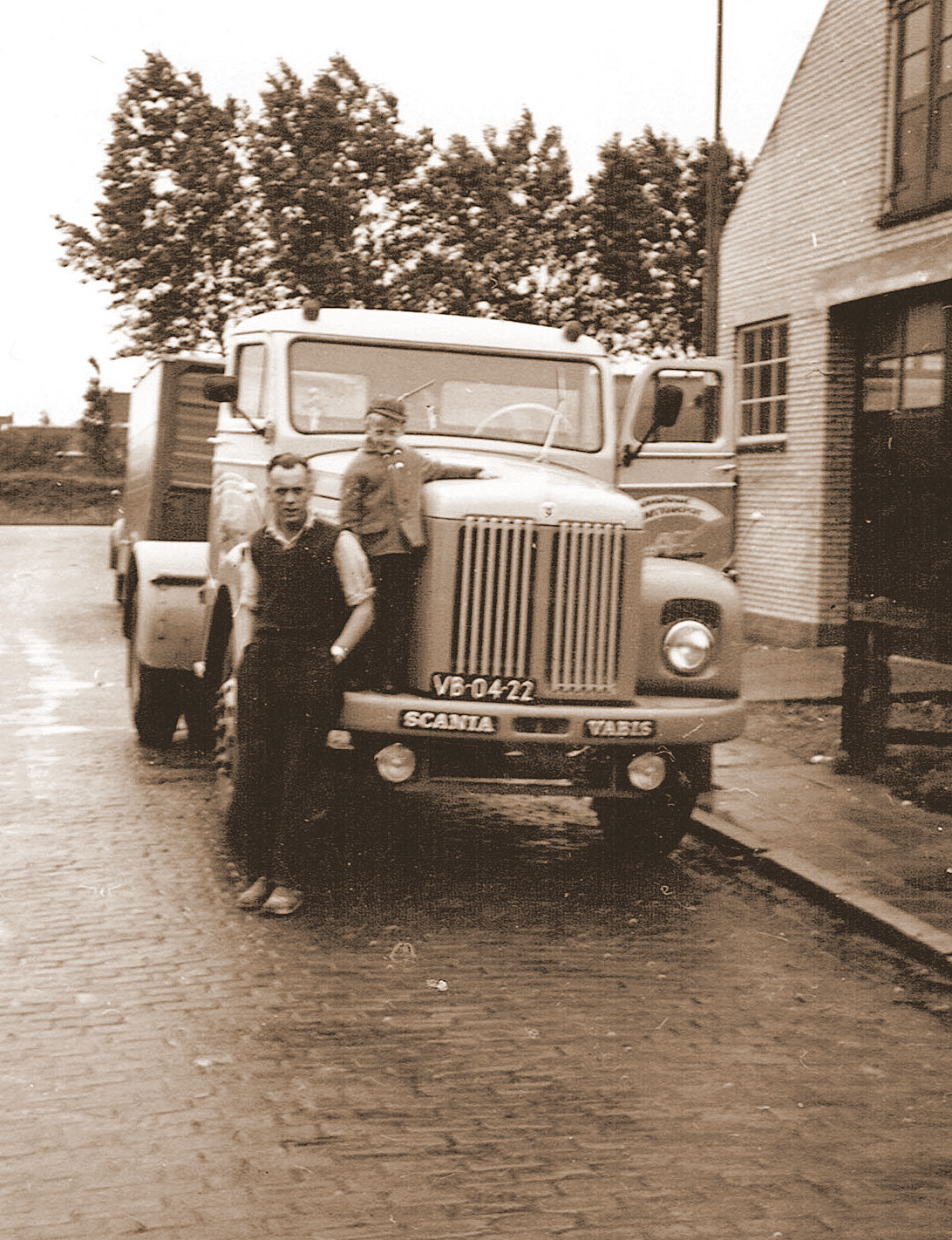 Scania-Vabis-met-chauffeur-Hans-Clement-en-zoontje