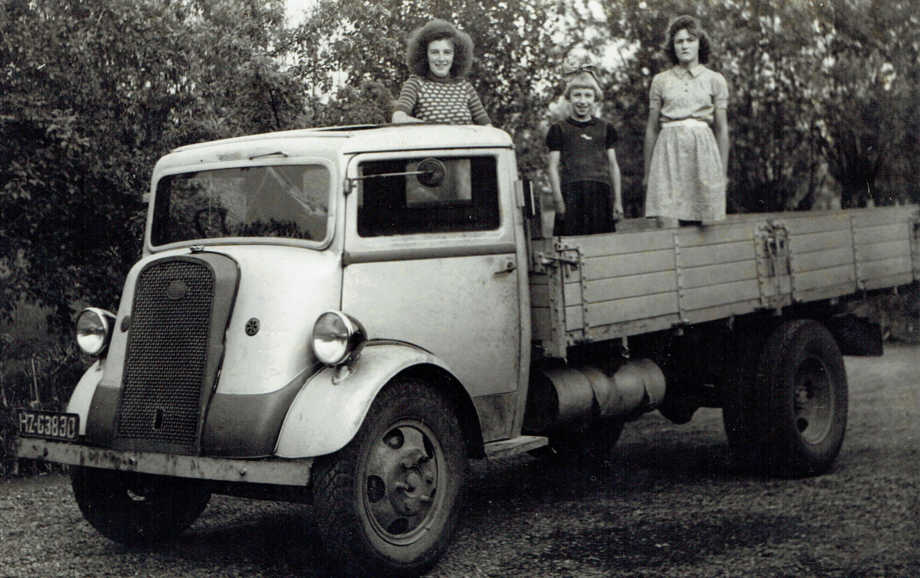 Vrachtauto-van-de-Heicopper-J-L--Holl--afkomstig-van-een-legerdump--De-drie-meisjes-zijn-de-gezusters-Holl--De-middelste-is-Ger
