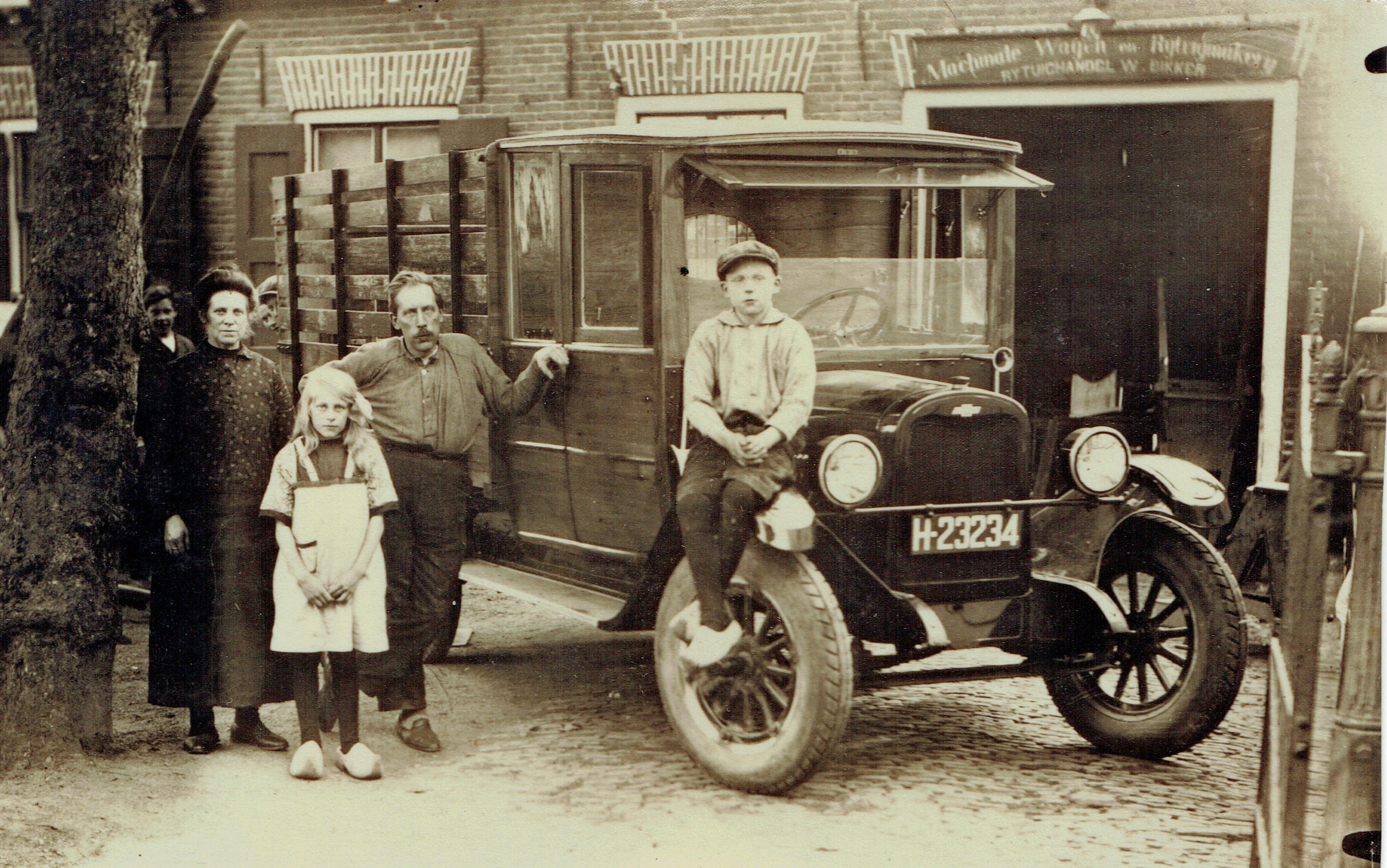 carrosserie-Willem-mijndert-Bikker-met-zijn-vrouw-en--dochter-Aafje--Op-het-spatbord-zit-zijn-zoon-Jacob--Foto-uit-ongeveer-1927