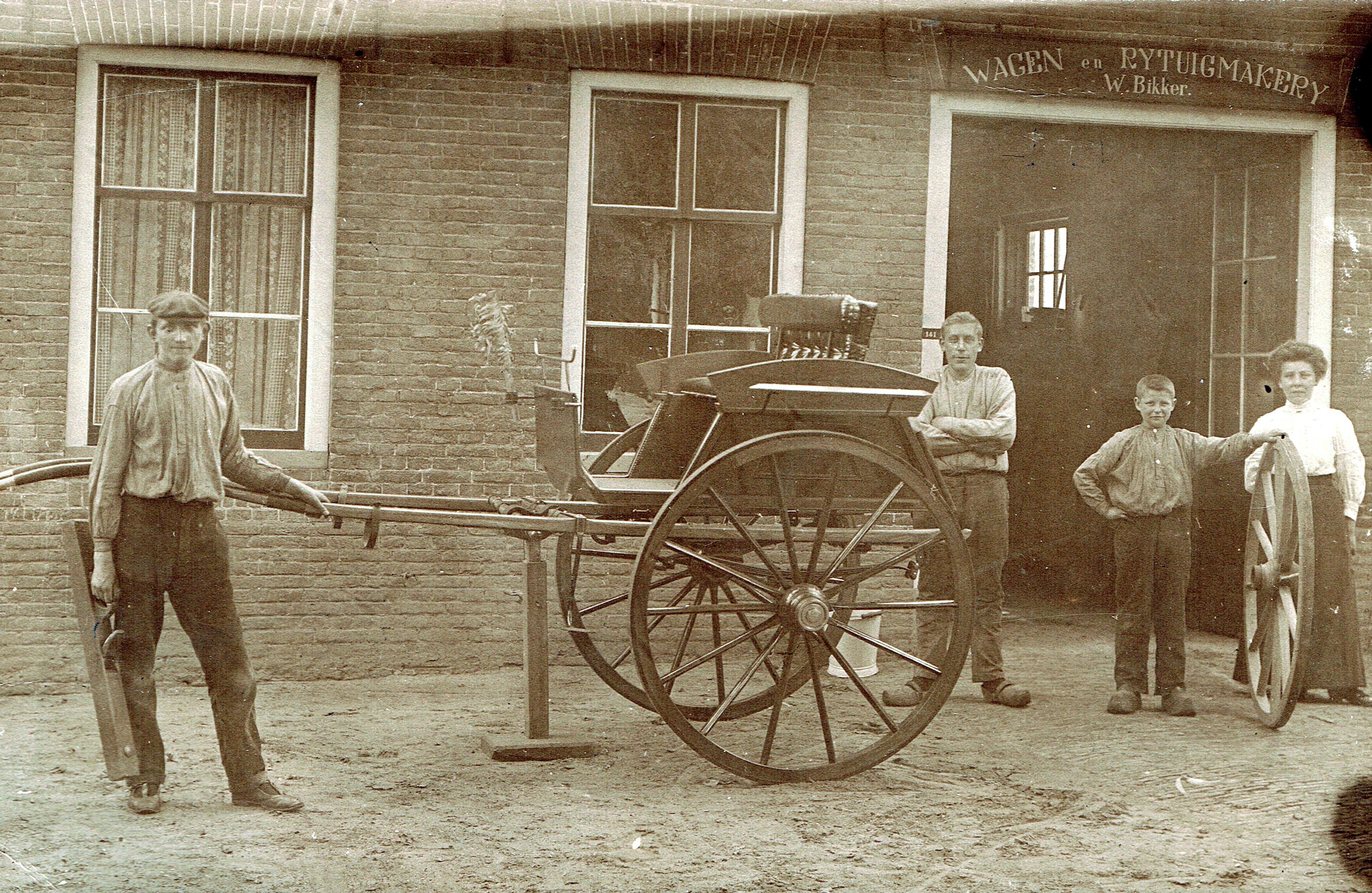 eerste-wagen--die-Willem-mijndert-Bikker-heeft-gemaakt--Voor-de-wagenmakerij-aan-De-Laak-staan-hier--Janus-Merkerk--Meindert-Bikker--Gijs-Chaigneau-en-Grietje-Bikker