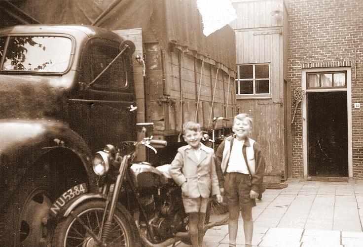 Een-gesloten-vrachtauto,-die-omgebouwd-kon-worden-tot-een-open-vrachtauto--De-kinderen-zijn-Jean-Chaigneau-jr-en-zijn-neefje-Jacques-Aalbers--1947