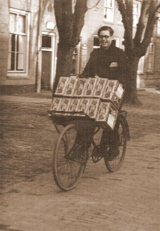 Wim-Chaigneau-met-koekblikken--Fiets-met-bestellingen