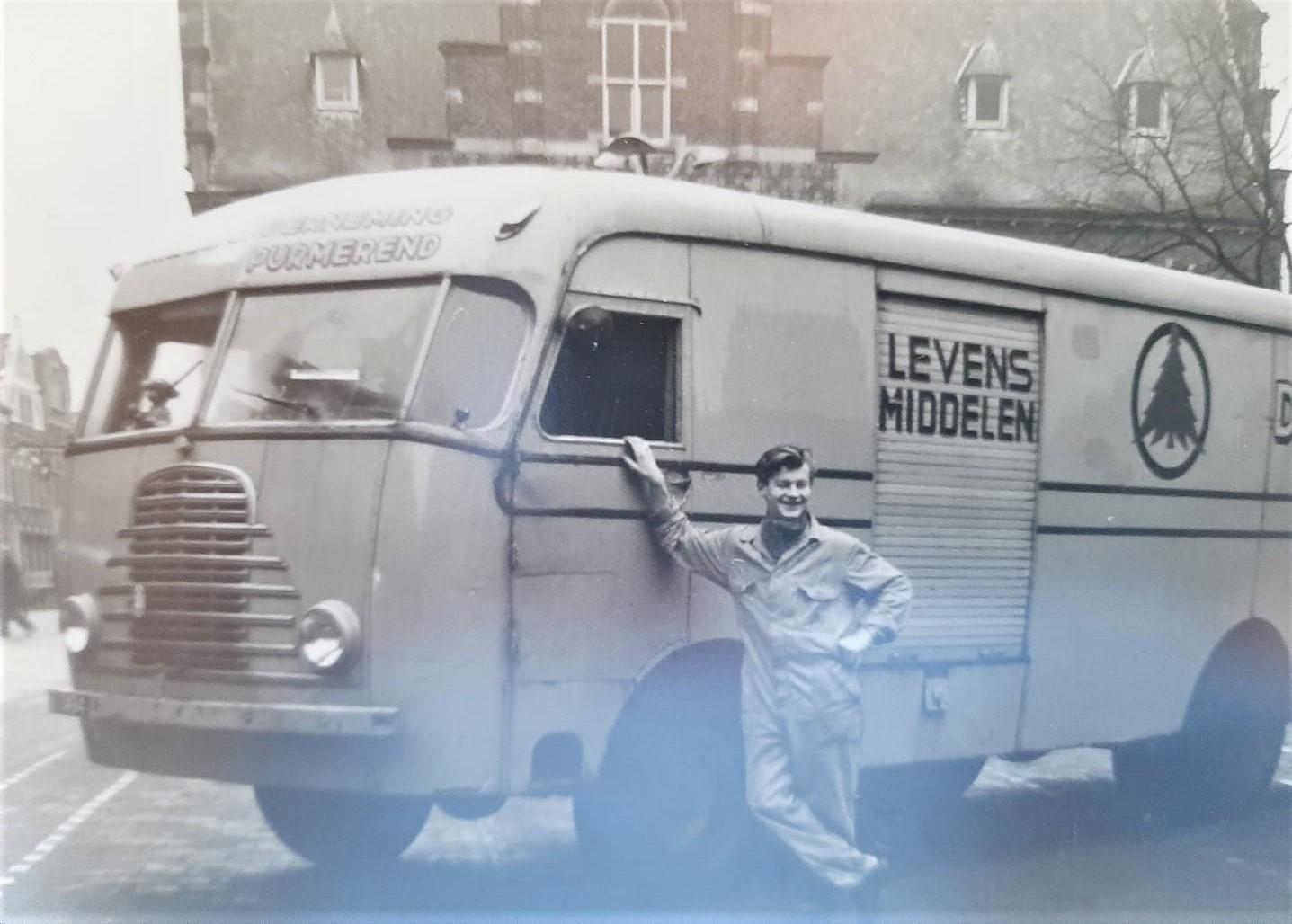 Arjan-Struving--Mijn-vader-eind-jaren-50-op-de-markt-in-Purmerend--Omgebouwde-Kromhout-de-bus-voor-bevoorrading-van-de-Spar