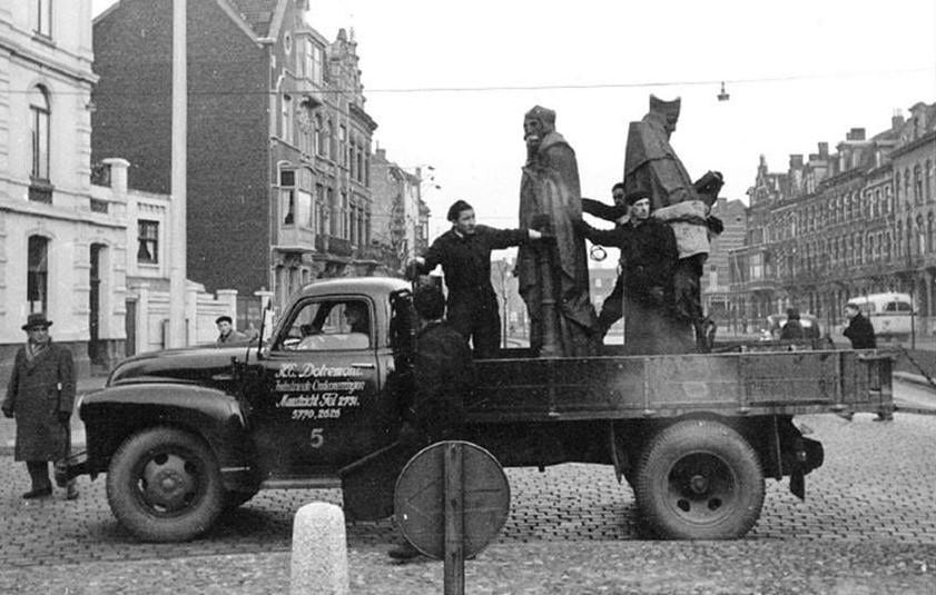 Bedford--1952-Wilhelminasingel-de-eerste-bronzen-beelden-van-Servaas-en-Sint-Monulfus--Bert-Severeijns-archief