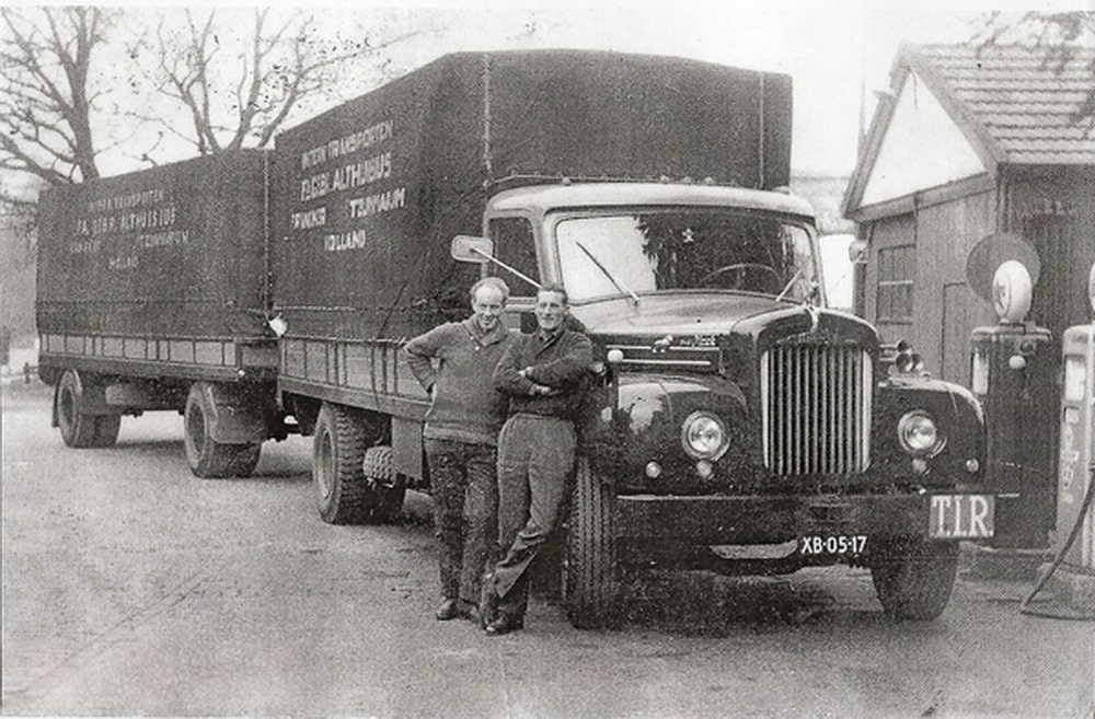 MACK-187-PK--slaapruimte-in-bak-voorin-laadbak-via-cabine--Chauffeurs-Willem-Keizer-links-en-Gerrit-Steegstra-rechts-