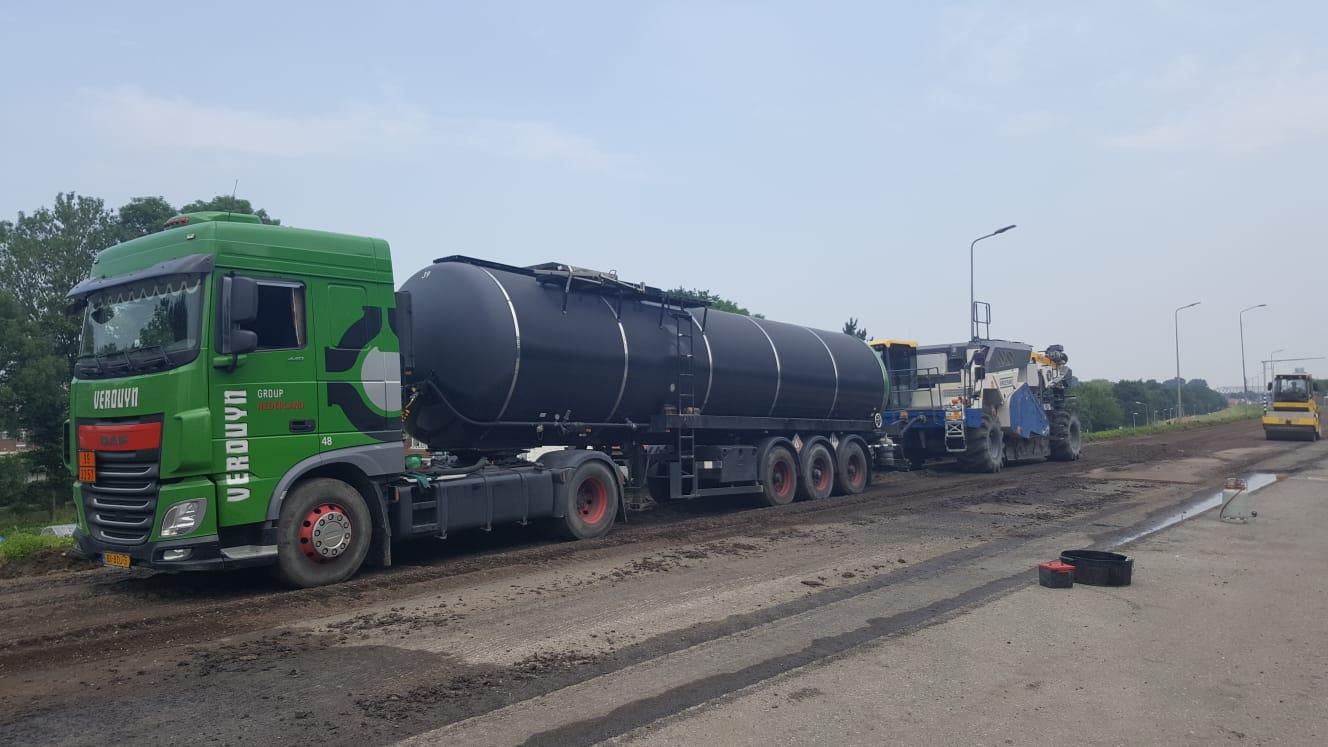 DAF--Transport-van-schuimbitumen-met-een-speciale-duwtrailer