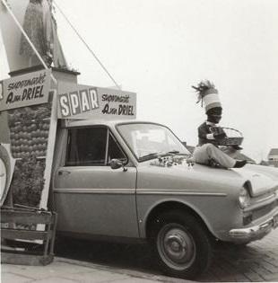 DAF-met-reclame-H-I-Ambacht--Koningedag-1975-Spar