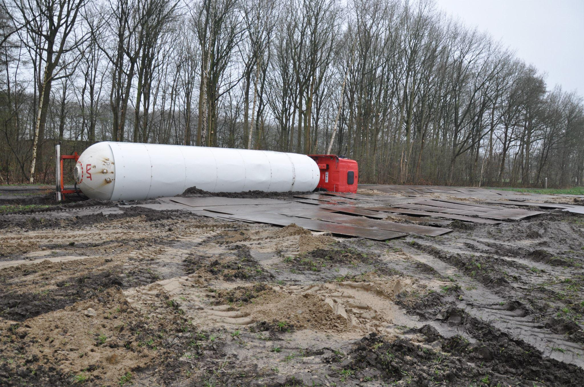 17-4-2013-wagen-met-progaangas-midden-in-het-veld-gekanteld-Wuustwezel-(1)