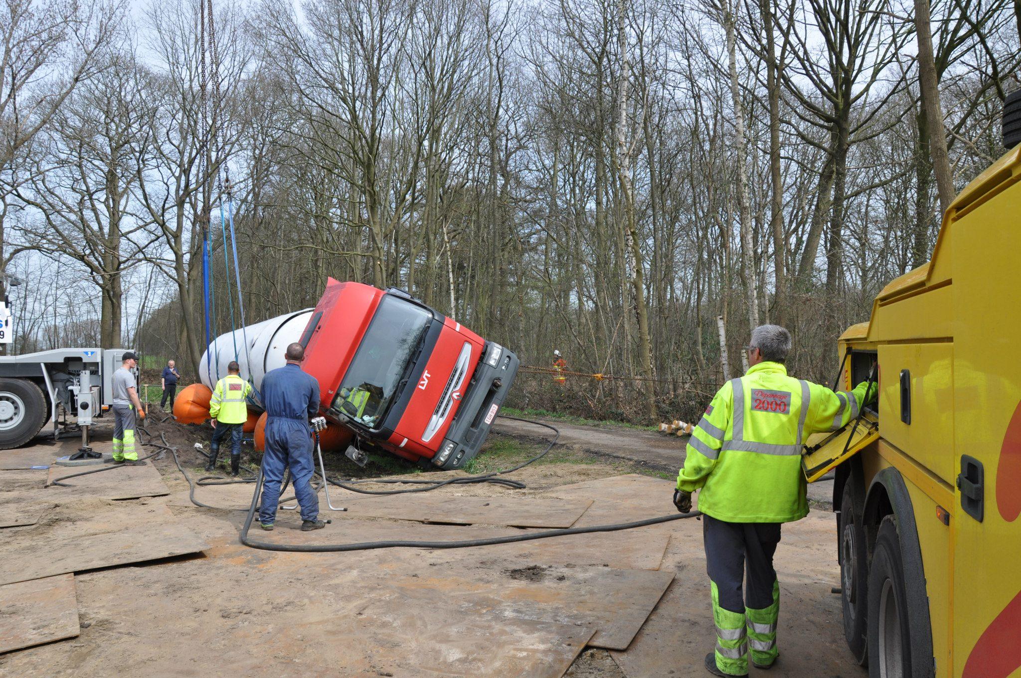 17-4-2013-wagen-met-progaangas-midden-in-het-veld-gekanteld-Wuustwezel-(10)