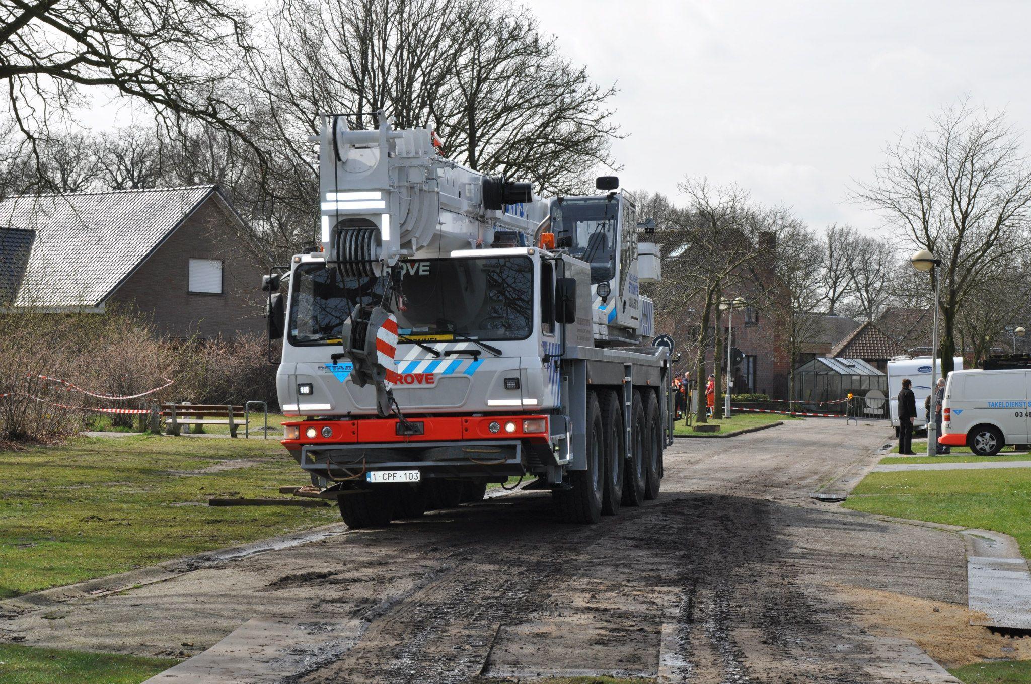 17-4-2013-wagen-met-progaangas-midden-in-het-veld-gekanteld-Wuustwezel-(11)