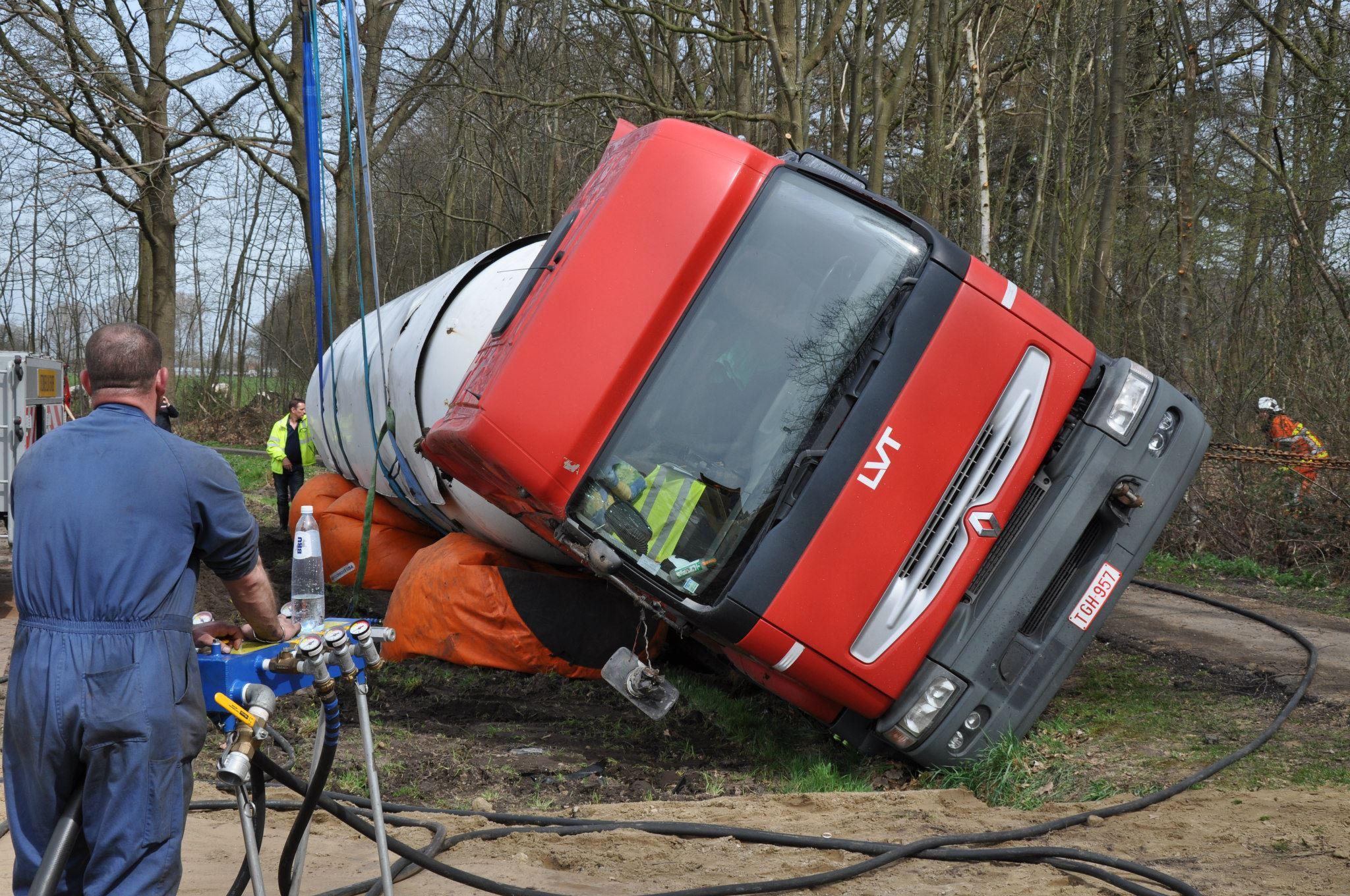 17-4-2013-wagen-met-progaangas-midden-in-het-veld-gekanteld-Wuustwezel-(12)
