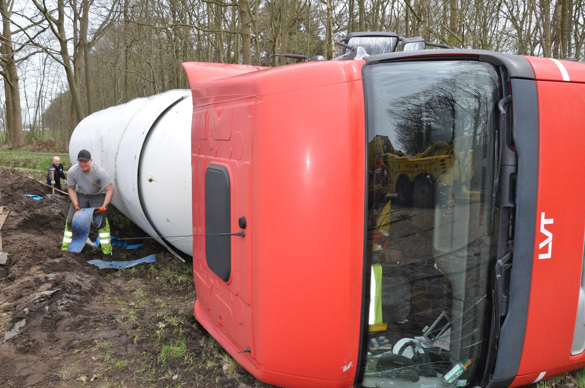 17-4-2013-wagen-met-progaangas-midden-in-het-veld-gekanteld-Wuustwezel-(2)