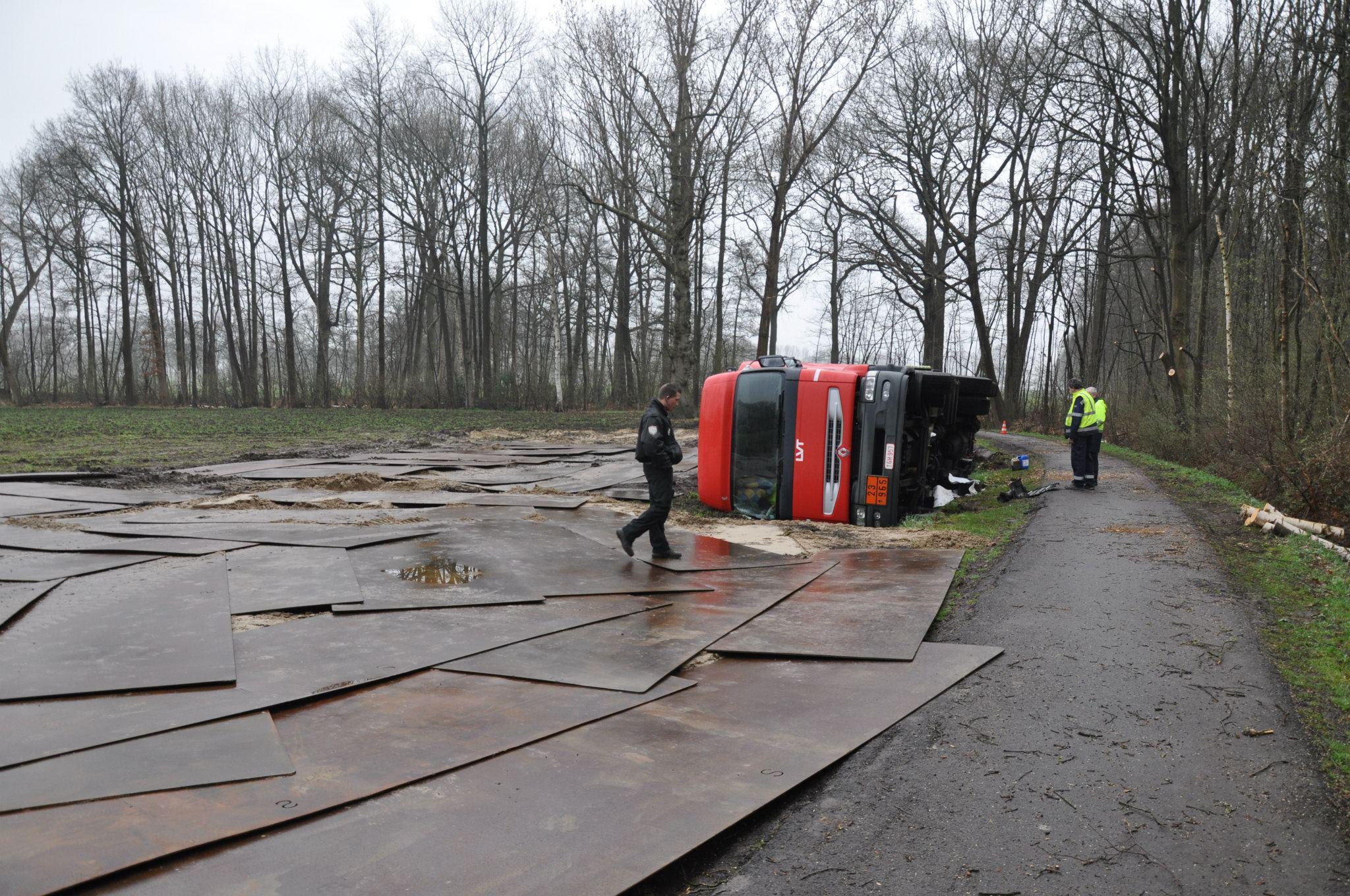 17-4-2013-wagen-met-progaangas-midden-in-het-veld-gekanteld-Wuustwezel-(3)
