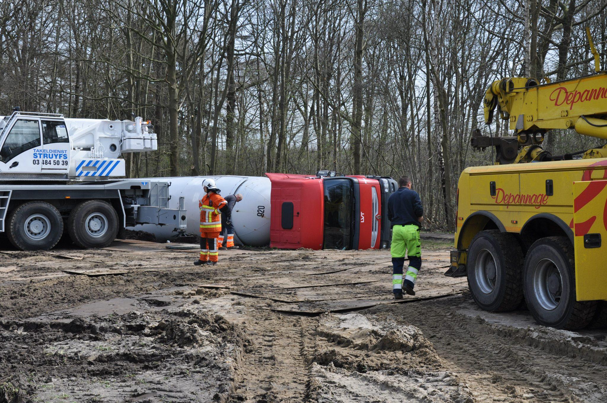 17-4-2013-wagen-met-progaangas-midden-in-het-veld-gekanteld-Wuustwezel-(4)