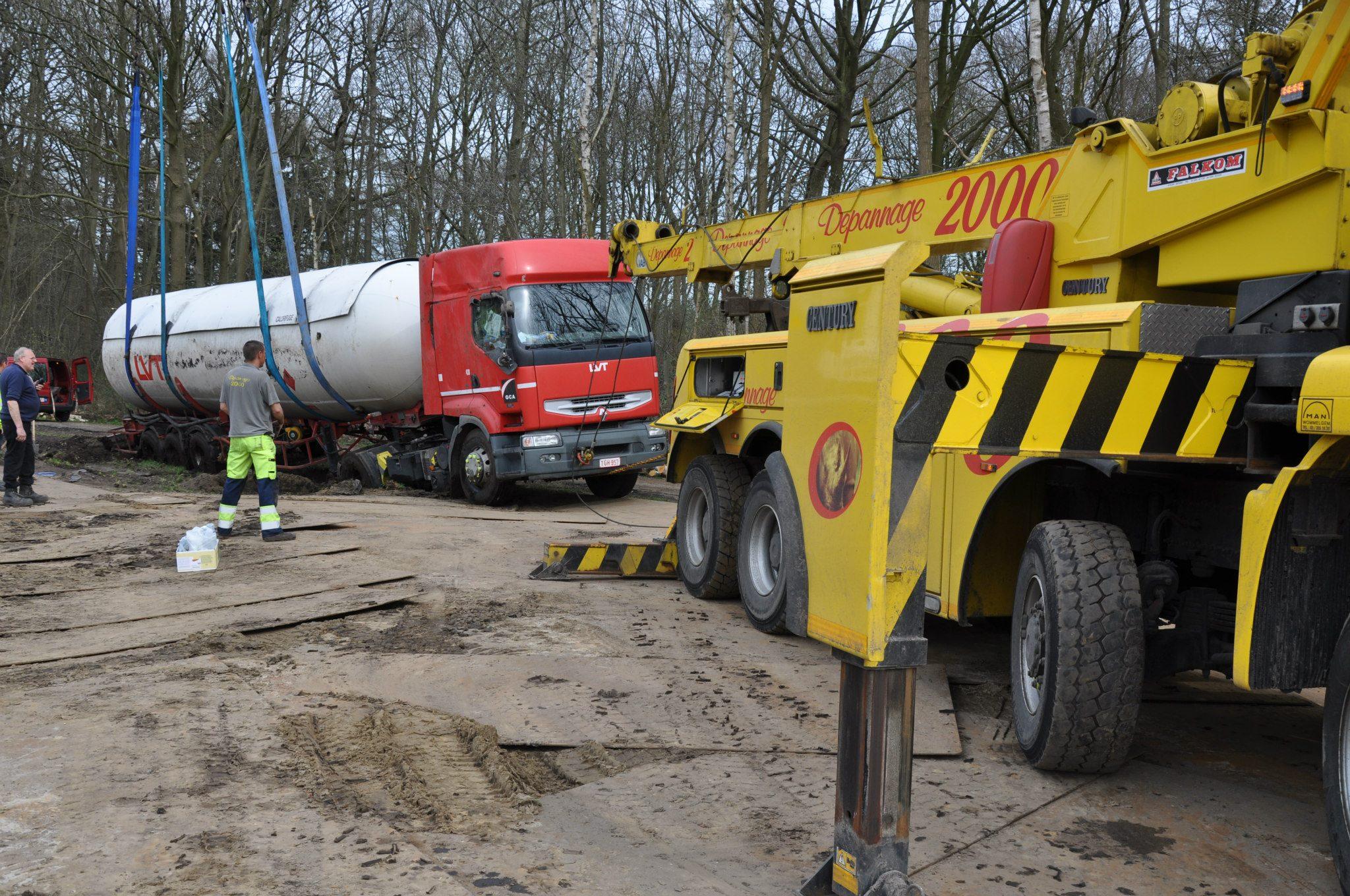 17-4-2013-wagen-met-progaangas-midden-in-het-veld-gekanteld-Wuustwezel-(5)