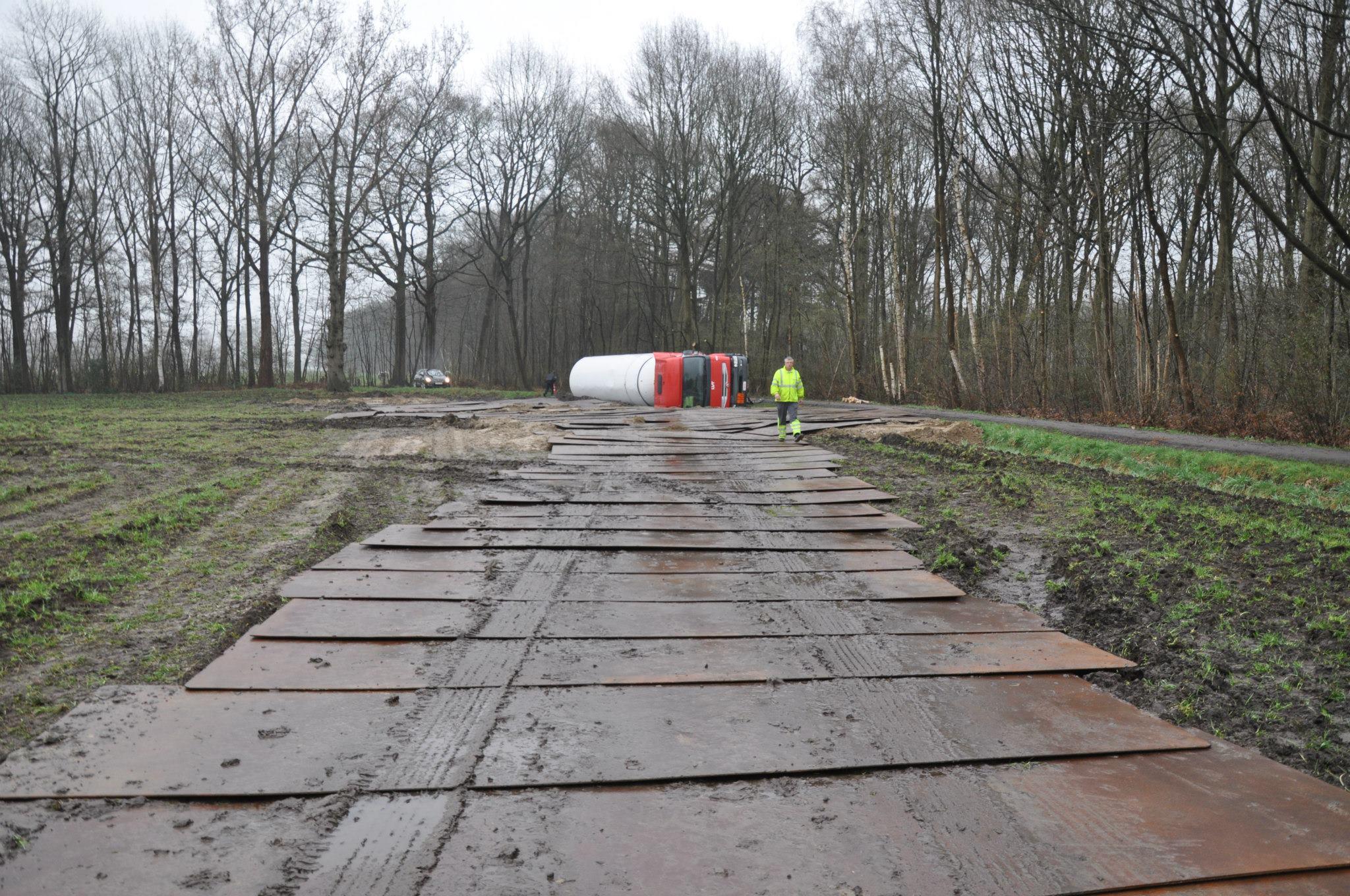 17-4-2013-wagen-met-progaangas-midden-in-het-veld-gekanteld-Wuustwezel-(6)
