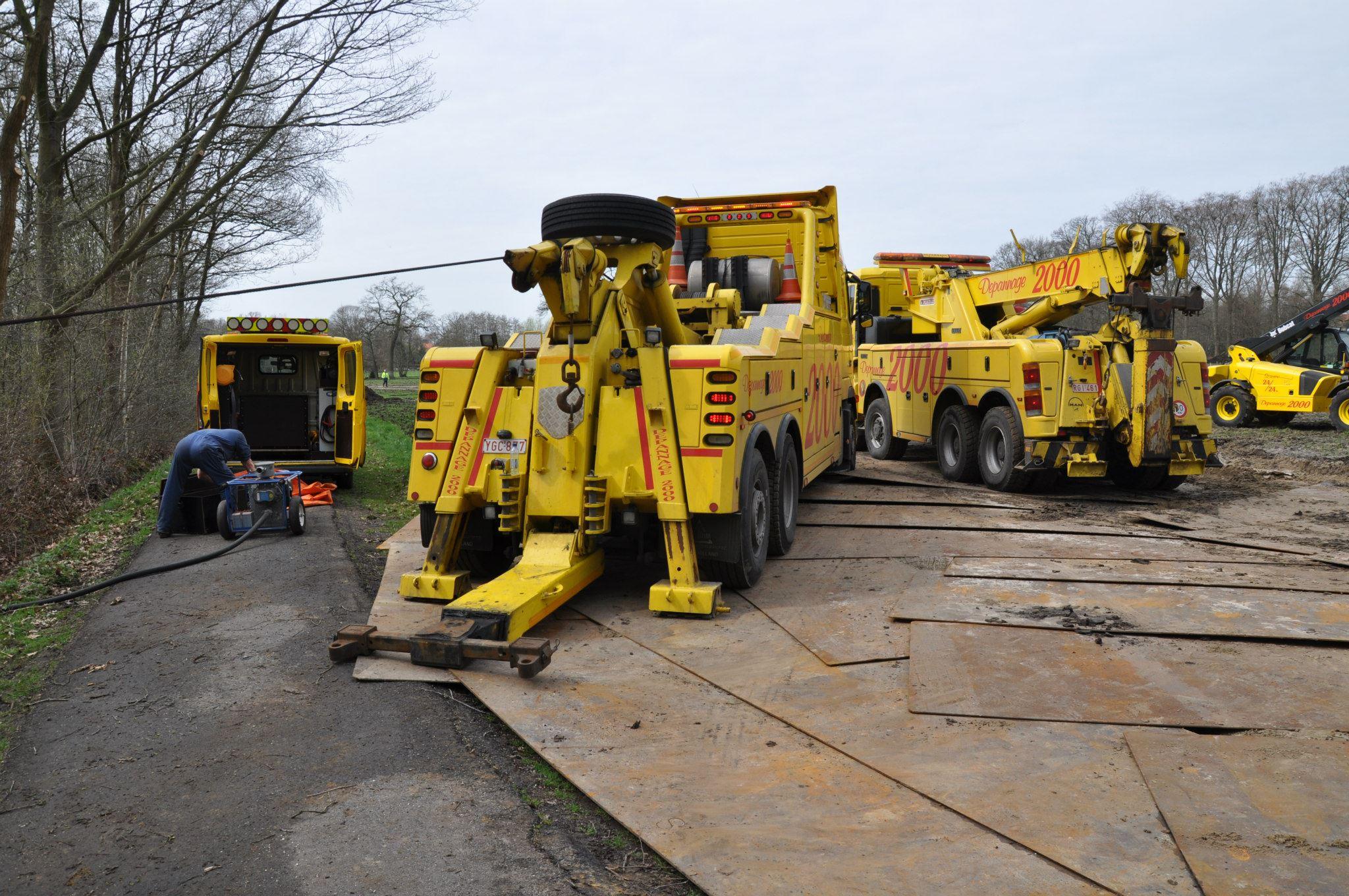 17-4-2013-wagen-met-progaangas-midden-in-het-veld-gekanteld-Wuustwezel-(8)