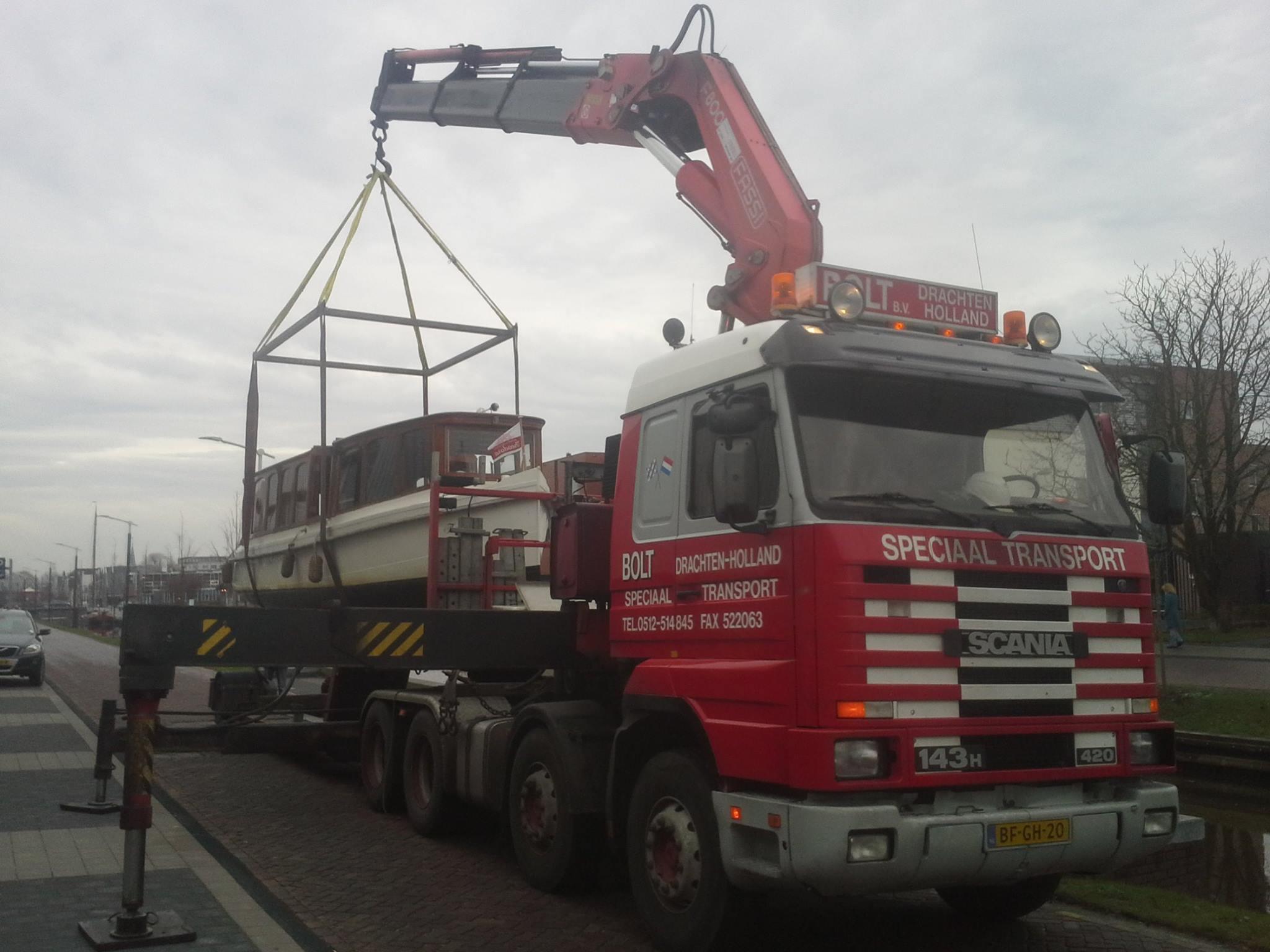 Scania-Klassiek-rondvaart-bootje-uit-Drachtstervaart-Centrum-hijsen--13-12-2016-(2)