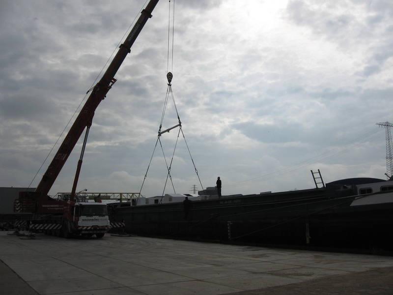 Scania-Loodstender-uit-vrachtschip-overladen--L-21-mtr-B-6-mtr-4-8-2012-(1)