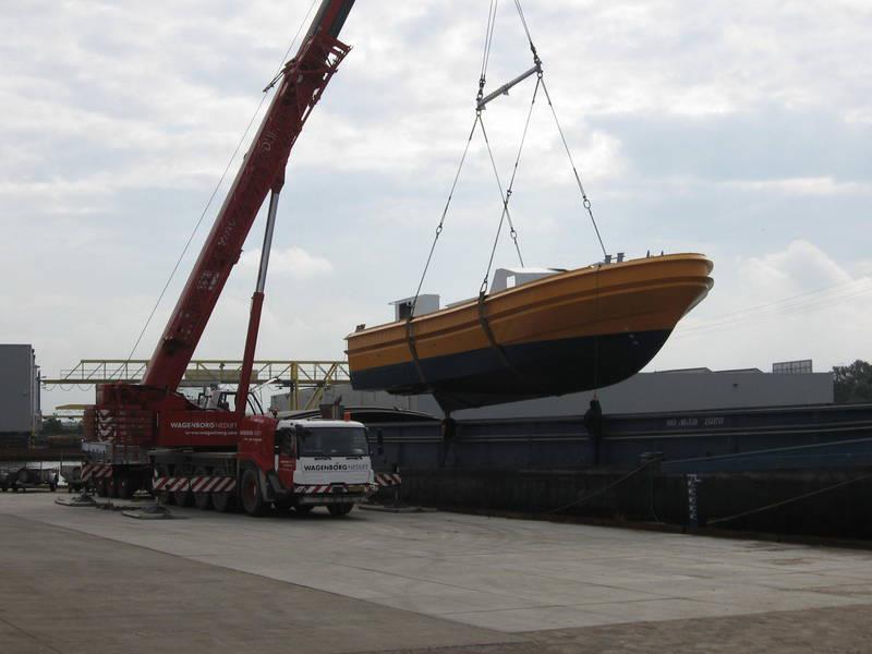 Scania-Loodstender-uit-vrachtschip-overladen--L-21-mtr-B-6-mtr-4-8-2012-(2)