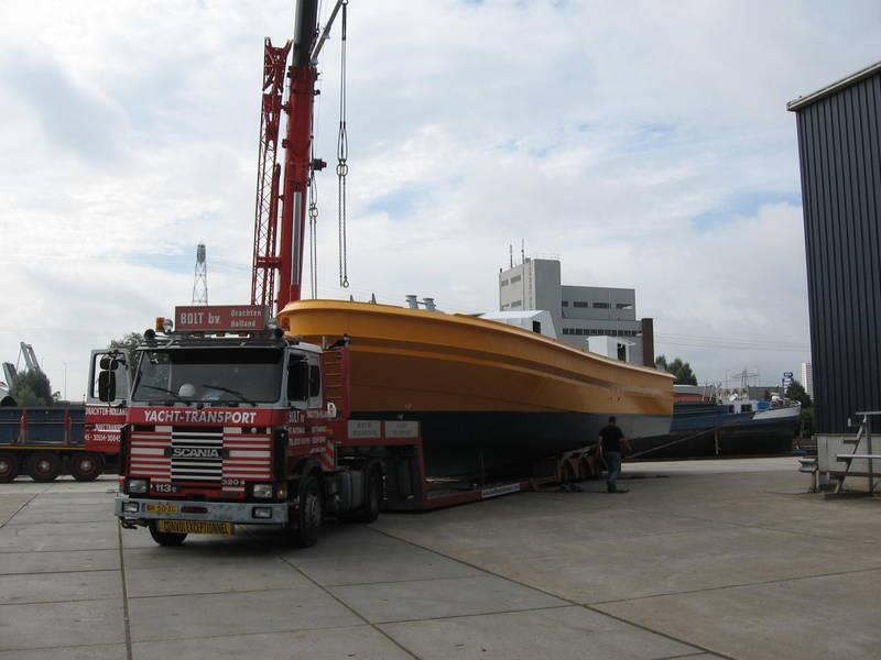 Scania-Loodstender-uit-vrachtschip-overladen--L-21-mtr-B-6-mtr-4-8-2012-(3)