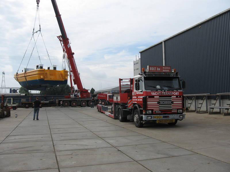 Scania-Loodstender-uit-vrachtschip-overladen--L-21-mtr-B-6-mtr-4-8-2012-(4)