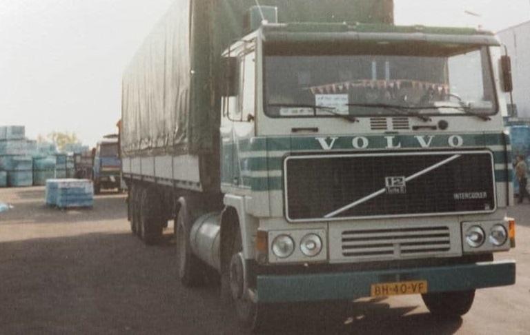 Theo-v-d-Berg-Kwek-Kwek-en-zijn-Volvo-ergens-bij-een-tegelboer-Foto-Zoon-Alexander--(2)
