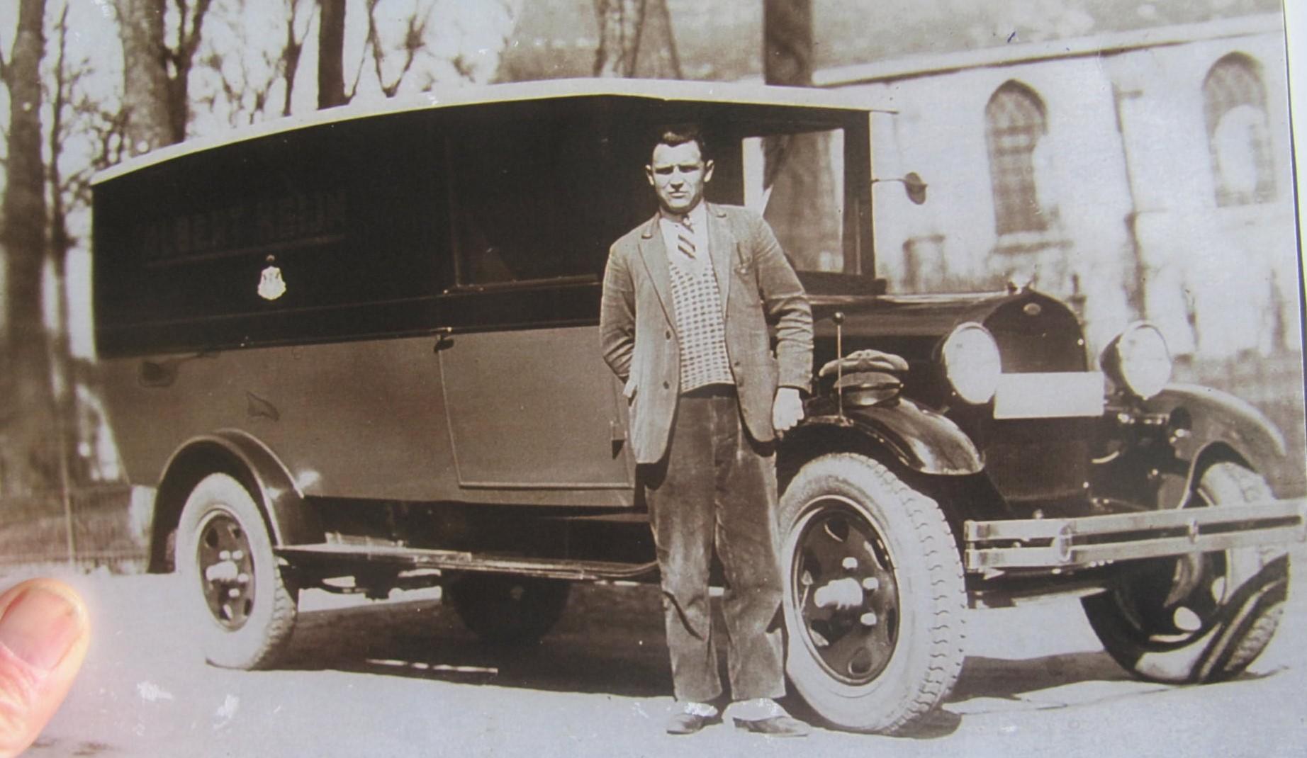 Lou-Bosman-mijn-vader-ca-1938-rijdend-voor-Albert-Hein-archief-zoon-Gillis