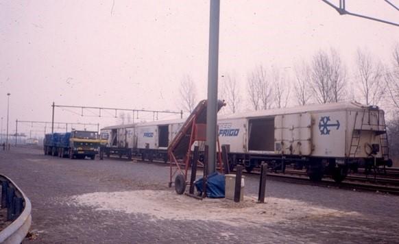 Daf-bij-het-spoor-aan-het-lossen-in-Wagon